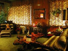 {*Elvis's home Graceland Memphis Tennessee , this is the Jungle Room the chair with the Teddy on it was Elvis's favourite chair*} Graceland Mansion, Graceland Elvis, Elvis Presley House, Elvis Presley Family, Elvis Memorabilia, Jungle Room, Hollywood Homes, Memphis Tennessee, King Of Music