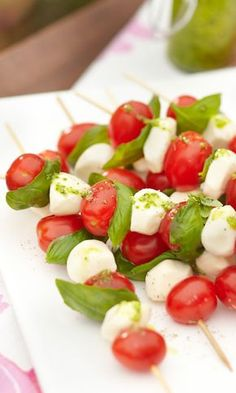 Fresh Mozzarella Watermelon Skewers with Honey Lime Drizzle are made by layering watermelon and mozzarella balls and topping with honey lime sauce. Mozzarella Salat, Fresh Mozzarella, Avocado Salat, Summer Meal Planning, Cooking Recipes, Healthy Recipes, Diet Recipes, Quick Meals, Side Dishes