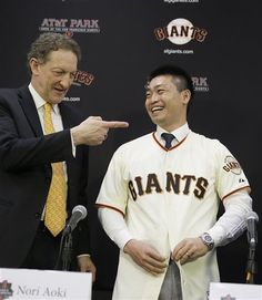 San Francisco Giants outfielder Nori Aoki, right, buttons his jersey after being introduced as Giants CEO Larry Baer, left, gestures during a news conference at AT&T Park Tuesday, Jan. 20, 2015, in San Francisco. (AP Photo/Eric Risberg) ▼20Jan2015AP|Nori Aoki finalizes $4.7M, 1-year deal with Giants http://bigstory.ap.org/article/711f1d0b831c4bf09851bcc644253f52