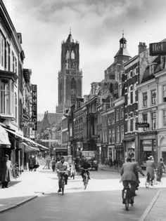 1955. Gezicht in de Steenweg te Utrecht, vanuit het westen.
