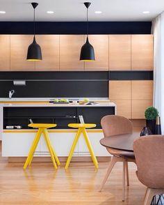 """Cozinha linda, via Pinterest, com toque de cor amarela!  Amarelo é sempre a melhor escolha para quem quer sair do clássico """"bege e branco"""" e ousar com alguma cor no ambiente!  •  #inspiração #cozinha #amarelo #arquitetura #arquiteturadeinteriores #architecture #arquiteturaeurbanismo #design #designdeinteriores #decor #decoração #ambiente #home #homedecor #instahome #boanoite"""