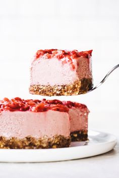No-Bake Strawberry Cheesecake! Made with fresh berries, cashew butter, dates & easy almond crust. Creamy and actually pretty healthy…for cake. No Bake Desserts, Just Desserts, Delicious Desserts, Cupcakes, Cupcake Cakes, Fancy Cake, Dessert Crepes, Dessert Shots, Kolaci I Torte