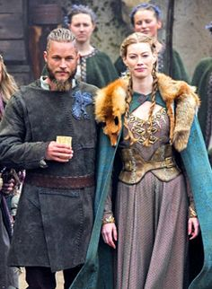 Ragnar (Travis Fimmel)  & Aslaug (Alyssa Sutherland) on Vikings .............