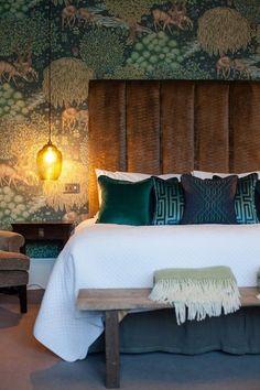 34 Funky Bedroom Design Ideas - Home Bestiest Jewel Tone Bedroom, Wallpaper Bedroom, Funky Bedroom, Home, Bedroom Interior, Bedroom Green, Modern Bedroom, Bedroom Colors, Bedroom Color Schemes