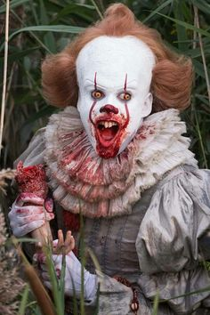 With IT now available on DVD and Blu-ray, Warner Bros. has released a terrifying batch of new behind the scenes images which shine a very different light on Bill Skarsgard's Pennywise the Clown. Horror Icons, Horror Films, Horror Art, Clown Horror, Creepy Clown, Creepy Dolls, Bill Skarsgard, Jay Ryan, Aliens