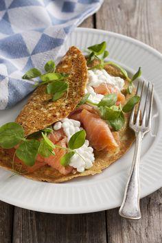 Fyldig æggepandekage med laks, hytteost og ærtespirer. Et dejligt mættende måltid beregnet som morgenmad til Dukan Kurens fase 1, angrebsfasen.