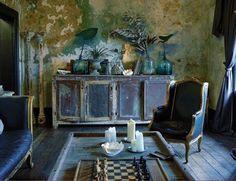 BOISERIE & C.: Muri delabré sospesi tra ricercatezza settecentesca e décor minimalista