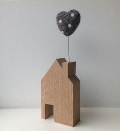 Little wooden house with lovely polka dots heart. Weddinggift? Houten huisje met stip hart uit schoorsteen. Binnenkort ook in andere kleuren. Leuk als trouw of kraamkado.