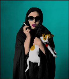 La série d'Hoda Afshar, Under Western Eyes, est composée de photos transformées numériquement pour déplacer le débat autour de la représentation de la femme comme assujettie et étouffée dans la société islamique. Afshar est née en Iran et vit actuellement à Melbourne où elle mène sa carrière d'artiste photo.