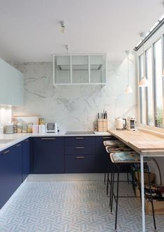 Uplifting Kitchen Remodeling Choosing Your New Kitchen Cabinets Ideas. Delightful Kitchen Remodeling Choosing Your New Kitchen Cabinets Ideas. Two Tone Kitchen Cabinets, Kitchen Cabinet Colors, Kitchen Colors, Blue Cabinets, Apartment Kitchen, Kitchen Interior, New Kitchen, Kitchen Decor, Gold Kitchen