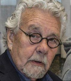 † Chris Roodbeen (87) 10-04-2017 Rechtbanktekenaar Chris Roodbeen is op 87-jarige leeftijd overleden. De man die sinds 1981 schetsen van verdachten maakten voor De Telegraaf stierf maandag na een kort ziekbed, aldus het dagblad. https://youtu.be/BpRhRHe_dgs
