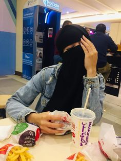 Girlz Dpz, Hijab Niqab, Arab Girls, Girl Photos, Eye Makeup, Islam, Aesthetic Pastel, Womens Fashion, Elegant