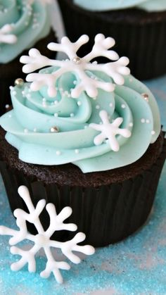DIY Snowflake Cupcakes ~ made extra special with some royal icing snowflakes... fun for a Frozen Themed Party