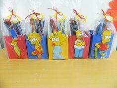 Kit embalado com saquinho de celofane, fita de cetim e cartão, contendo: <br>1 porta lápis tamanho 10x8cm <br>8 figuras para colorir com o tema da festa tamanho 10cm altura. <br>12 lápis de cor <br> <br> <br>Pode ser feito com qualquer tema e cor.