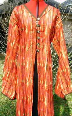 Entari: Atuendo judío. Es una túnica larga, generalmente en seda a rayas que carece de mangas y se dispone sobre la parte del busto.