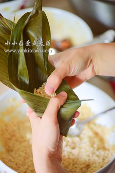 中文菜谱: 五花肉碗豆粽子 Today is the Chinese Dragon Boat Festival. According to tradition, we eat rice dumplings wrapped in bamboo leaves! Rice dumplings come in many different shapes with all kinds of different fillings. The one thing remains the same is the key ingredient: sweet rice. Maybe i