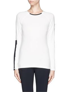Environmentally friendly, this long-sleeved Hu-nu top is delectably soft and ensures rapid moisture wicking. Made to endure even the toughest of workouts, this pure and practical piece provides absolute comfort with a sporty appeal for chic-wear.