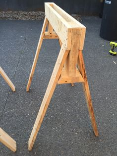 DIY saw horse, out of pallets Pallet Tool, Pallet Projects, Diy Projects, Pallet Ideas, Woodworking Workbench, Woodworking Workshop, Woodworking Projects, Farmhouse End Tables, Portable Workbench