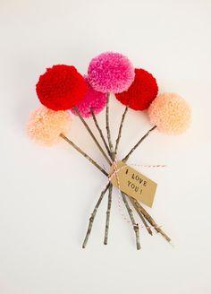 枯れないかわいいポンポンの花束はいかが? 木の枝に刺して束ねるだけでとっても愛らしいブーケの完成です。