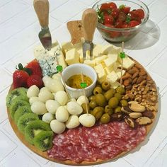 Charcuterie Recipes, Charcuterie And Cheese Board, Party Food Platters, Cheese Platters, Gourmet Appetizers, Appetizer Recipes, Grazing Food, Breakfast Platter, Tomate Mozzarella