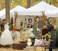 A Sort Of Fairytale, Country Living Fair Stone Mountain, 2012 Great Way to display wedding dress for a yard sale. Antique Fairs, Antique Show, Antique Market, Vintage Market, Antique Stores, Vintage Shops, Market Displays, Craft Show Displays, Booth Displays
