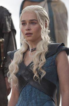 Emilia Clarke as Daenerys Targaryen - Game of Thrones Game Of Thrones Facts, Game Of Thrones Costumes, Got Game Of Thrones, Emilia Clarke Daenerys Targaryen, Game Of Throne Daenerys, Daenerys Targaryen Aesthetic, Daenerys Targaryen Dress, Khaleesi Costume, Narnia