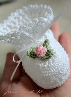 """Sidney Artesanato: Sapatinho de crochet com PAP """"Beautiful shoes for your baby step by step - free crochet"""", """"At all times, we are running after our be Booties Crochet, Crochet Shoes Pattern, Crochet Baby Boots, Crochet Baby Clothes, Crochet Stitches Patterns, Baby Booties, Crochet Designs, Baby Patterns, Crochet For Kids"""