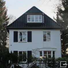 A beautiful townhouse in Hamburg was equipped with our shapely Berlin wooden windows. The uniform division by sprouts produces . Wooden Windows, Glass Boxes, Berlin, Architecture, Townhouse, Facade, Sweet Home, New Homes, Cabin