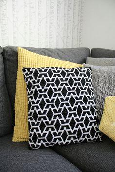 Virkattu tyyny tyynynpäällinen mustavalkoinen