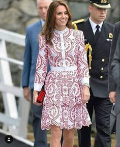 The Duchess Kate Middleton paid a sartorial nod to the North American nation on her second day of her week-long tour. Kate Middleton Outfits, Looks Kate Middleton, Estilo Kate Middleton, Pantyhosed Legs, Look Office, Princesa Kate, Prince William And Kate, Duchess Kate, Royal Fashion