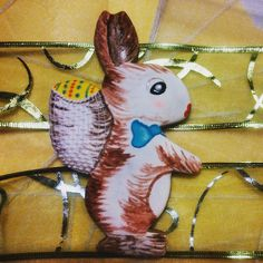 Maxi bunny made of honey dough, decorated with sugar glaze and painted with eating colors. By Honiees.
