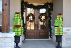 Christmas front door entry ways | Great Christmas decoration options for your front door | Party ...
