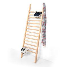 1 Leiter als einfache Lösung zur Aufbewahrung von Schuhen. Aus Massivholz. Entworfen von Tore Bleuze. Die Leiter wird lediglich an die Wand gelehnt und erfüllt sofort ihre Funktion, benötigt nicht viel Platz und kann schnell versetzt werden. | STEP UP Schuh-Aufbewahrung von EMKO – Møbla