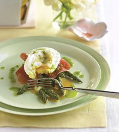 Easter Brunch - Poached Eggs with Roasted Asparagus, Prosciutto, and Chive Oil Breakfast Time, Breakfast Recipes, Gourmet Breakfast, Second Breakfast, Perfect Breakfast, Breakfast Dishes, Breakfast Ideas, Poached Eggs Microwave, Prosciutto Asparagus