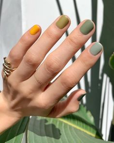 For spring the more nail polish colors you wear, the better. Here's how to wear different color nails, gradient nails, multicolored nails, and mismatched nails for spring Nagellack Design, Nagellack Trends, Nail Polish Trends, Nail Polish Colors, Manicure Colors, Gel Manicure, Manicure For Short Nails, Neutral Nail Polish, Yellow Nail Polish