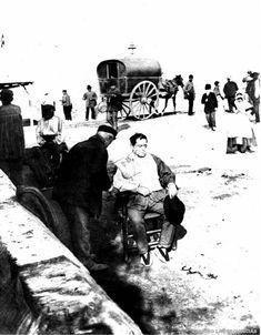 1910s. Antes de entrar a la ciudad, un huertano se afeita al aire libre en el puente de Serranos. FOTO LAS PROVINCIAS.