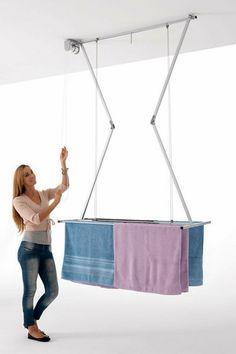 Étendoir de plafond repliable http://www.homelisty.com/astuces-rangement-organisation-buanderie/