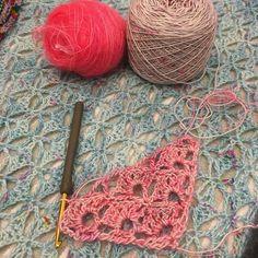 Bintou @nappyknitter a commencé son Zephyr! Trop beau la mélange de rose coloris The Hotness et Pop Grunge en Merino Singles. #crochet #printempsdiy #labienaimee #lbayarn #labienaimeeyarn