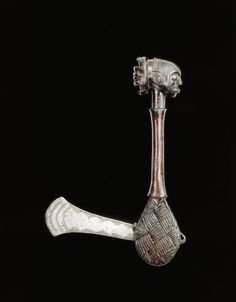 Object type	 : 	cut and wood work (tool and equipment) > axe / ceremonial weapon Place of collecting	 : 	Democratic Republic of the Congo > Katanga > Shaba Culture	 : 	Luba