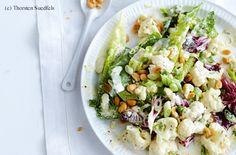 Karfiol-Blattsalat mit Erdnüssen und Joghurtdressing