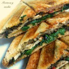 Sandwich vegetal de paté de olivas, champiñones, rúcula, tomate y tostado con alioli de vino #veggiesandwich #vegan #delicious #vegetables
