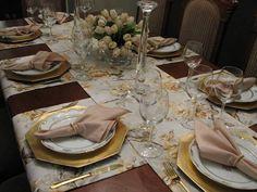 COMPOSIÇÃO DO KIT CAMINHOS DE MESA, GUARDANAPOS E PORTA GUARDANAPOS:  - um trilho de mesa medindo 3.00 m x 42 cm - três trilhos de mesa medindo 1.72 cm x 42 cm - 8 guardanapos de tecido (cambraia) bege, medindo 45 x 45 cm - 8 porta guardanapos de metal dourado, pode ser substituído por metal prata. Para mesa de 8 lugares. Obs: sousplats, pratos, talheres, taças e arranjo de flores são ilustrativos.  JAN. 2013 - TEMOS PARA PRONTA ENTREGA O KIT. R$ 275,00