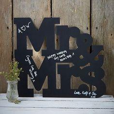 Gästebuch Alternative Holztafel Mr & Mrs zum Beschriften von den Gästen. Die Hochzeitsgäste können sich damit für das Brautpaar verewigen.