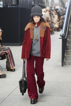 Kendall Jenner Rocks a Giant Hat for Marc Jacobs' NYFW Runway!: Photo Kendall Jenner rocks a giant hat while sitting in a chair for the finale of Marc Jacobs' fashion show held during New York Fashion Week on Thursday afternoon (February… Kendall Jenner Runway, Kendall Jenner Photos, Marc Jacobs, Haute Couture Paris, Kardashian, Aw17 Trends, New York Fashion Week 2017, Hip Hop, Major Models