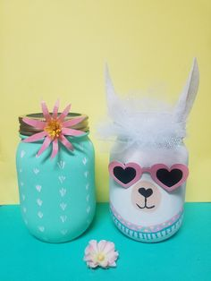 It& a pleasure to Lama! How adorable are these Lama jars with removable sunglasses? Perfect paired with a festive cactus pot! Bring your feast to life with these adorable Lama jars and potty cactus coordination. They make the perfect centerpeice, add - Kids Crafts, Fall Crafts For Kids, Cactus Rock, Mason Jar Crafts, Mason Jars, Decoration Cactus, Llama Decor, Llama Birthday, Valentine Box