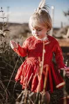 Uma linda princesa kids usando um vestido vermelho neste ensaio de família feito com muito amor no topo do mundo em Minas Gerais. #ensaiodefamilia #familylove #familyportrait