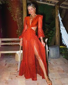 "Thássia Naves on Instagram: ""Primeira noite no quadrado de trancoso 🧡✌🏼 • AMO! • que tal?! #thassiastyle #ootd"" Glamour, Photo Colour, Hot Pants, V Neck Dress, Summer Looks, Dresses Online, Beachwear, Ideias Fashion, Wrap Dress"
