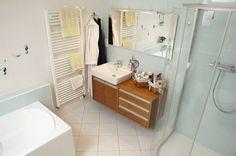 Koupelna v podkroví je vybavena kvalitní sanitární keramikou tuzemské výroby. Ani zde nechybí teplo přírodního dřeva. Bath Caddy, Bathroom, Bath Room, Bathrooms, Bath, Bathing, Bathtub, Toilet