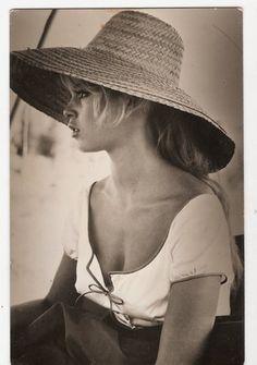 続いてBB。 少女らしい雰囲気のお洋服に、あえて飾り気のない粗野な帽子を合わせて。