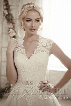 Blondebrudekjole med hjertetopp AC 481 ArtCoutour Utrolig vakker brudekjole med nydelige blonder På lager i str 38